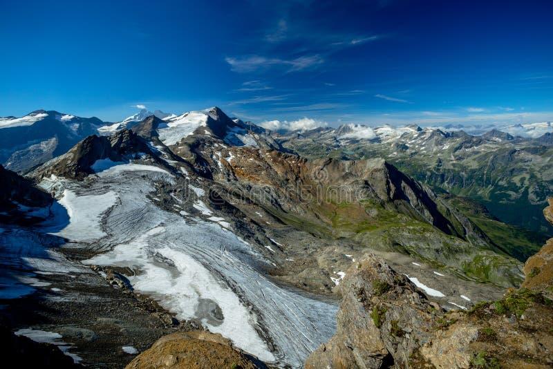 Bonito e visão clara dos picos alpinos de Hocheiser, de GrossGlockner e de lago Weissee foto de stock