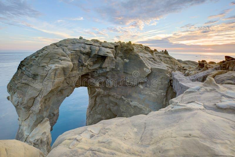 Bonito elefante-como a formação de rocha sob o céu crepuscular no litoral rochoso em Taiwan do norte fotografia de stock royalty free