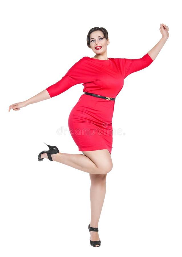 Bonito feliz mais a mulher do tamanho no vestido vermelho com mãos acima foto de stock royalty free