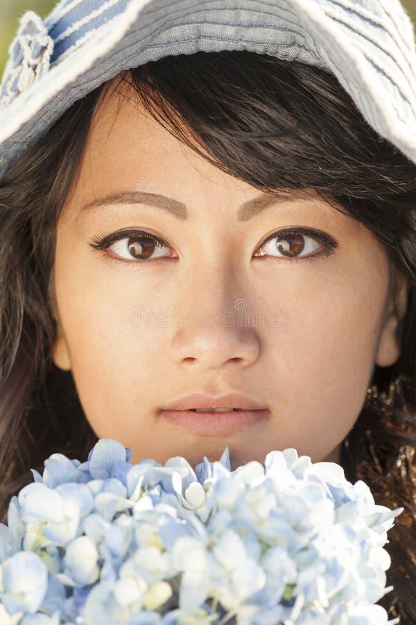 Bonito, feliz, saudável, sorrindo, mulher asiática nova com ar livre macio, liso, sem falhas da pele no verão Está guardando fres imagens de stock