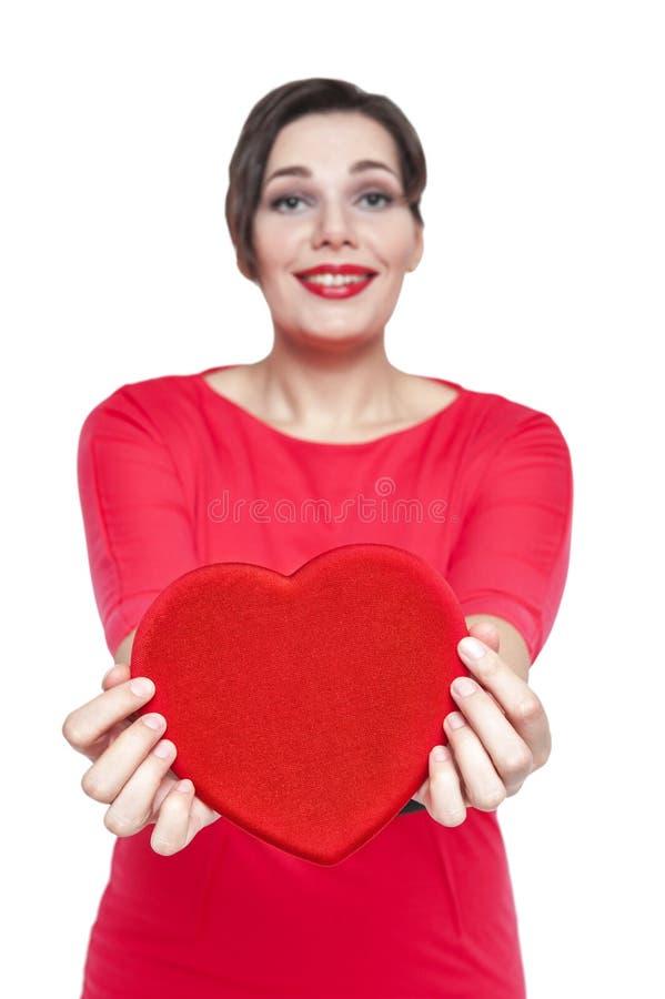 Bonito mais a mulher do tamanho com coração vermelho Foco no coração imagem de stock royalty free