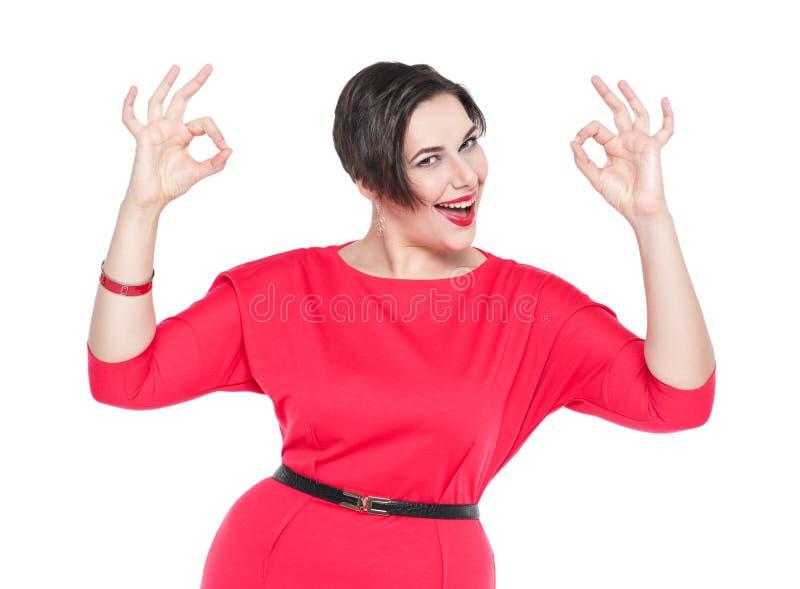 Bonito mais a mulher do tamanho com gesto aprovado com suas mãos fotografia de stock royalty free