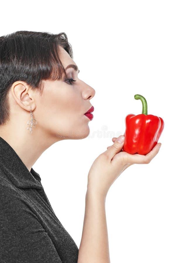 Bonito mais a mulher do tamanho com a pimenta vermelha isolada foto de stock