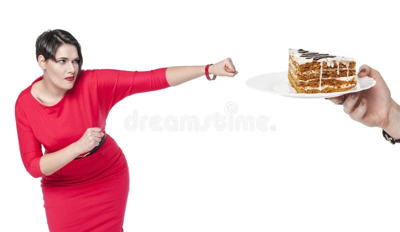 Bonito mais a mulher do tamanho no bolo vermelho da batida do vestido fotografia de stock