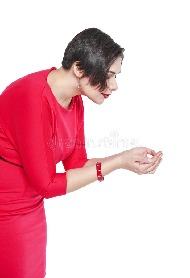 Bonito mais a mulher do tamanho que guarda algo em suas mãos imagens de stock royalty free