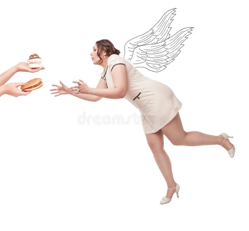 Bonito mais o voo da mulher do tamanho para a comida lixo fotos de stock