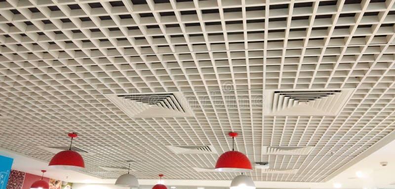 Bonito projetado com teto interior dos quadrados imagem de stock royalty free