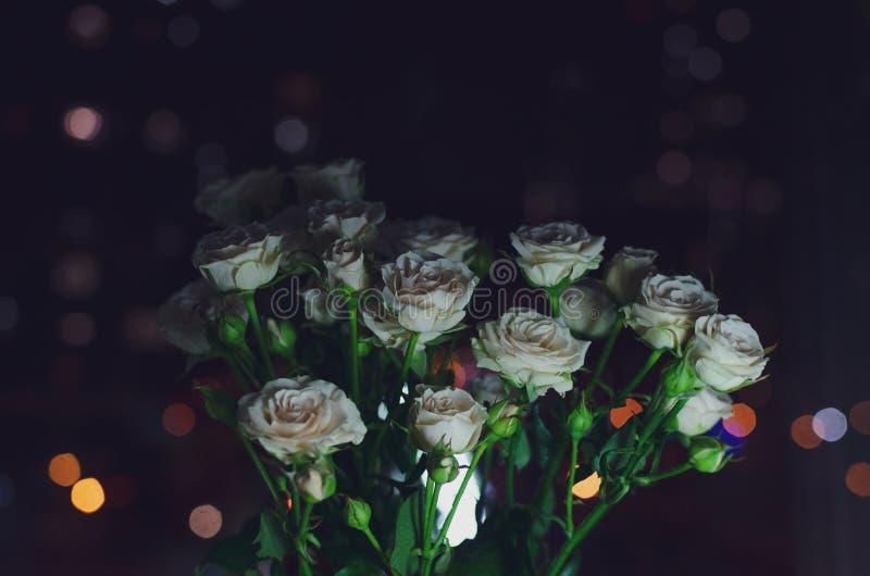 Bonito ramo en un fondo oscuro Composición elegante de rosas foto de archivo