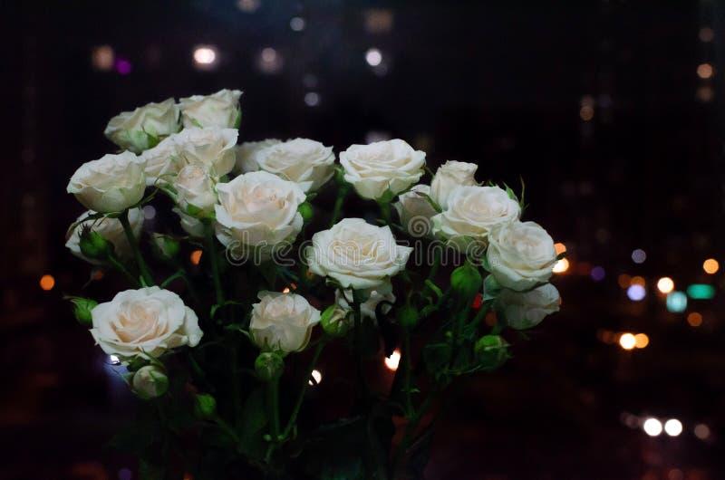 Bonito ramo en un fondo oscuro Composición elegante de rosas fotografía de archivo libre de regalías