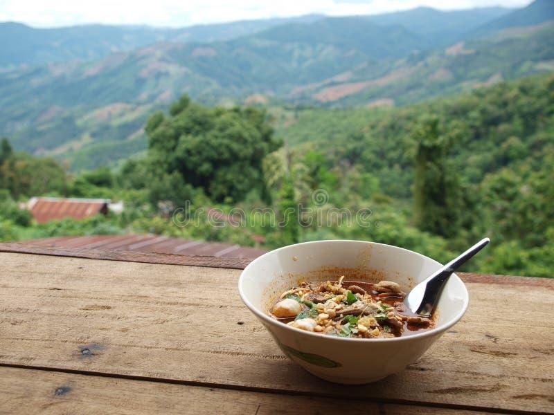 Bonito relaxe a vista de uma casa de campo do macarronete da borda da estrada em TAILÂNDIA do norte fotografia de stock royalty free