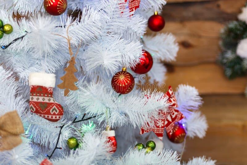 Bonito uma árvore do White Christmas com colorido decora Conceito dos feriados imagens de stock