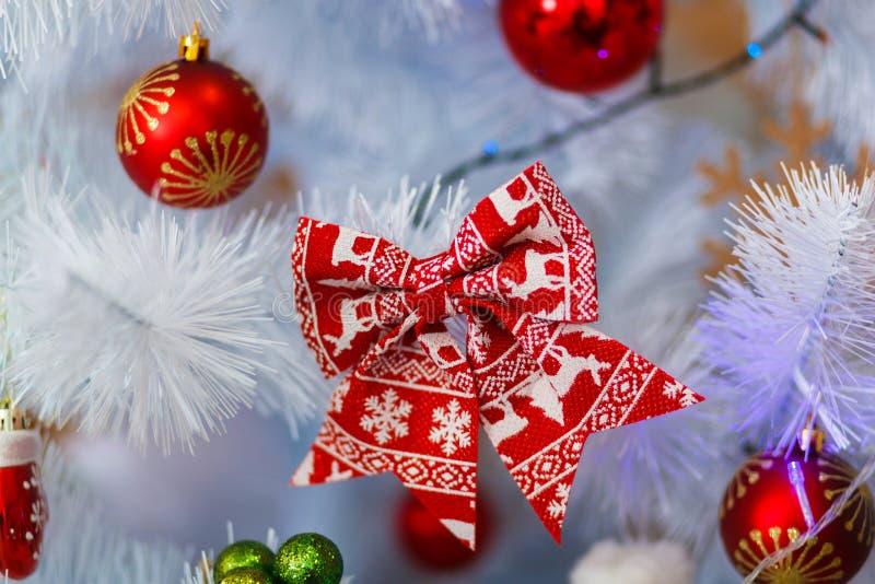 Bonito uma árvore do White Christmas com colorido decora Conceito dos feriados fotos de stock