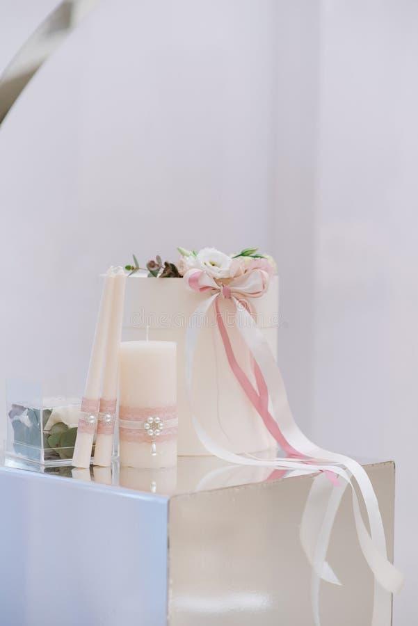 Bonitos accesorios para una hermosa ceremonia de boda en un puesto espejo Gran caja de bodas para regalos y dinero imagen de archivo