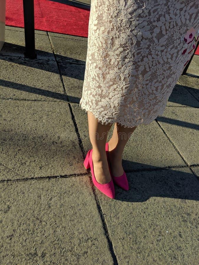 Bonitos zapatos rosas con tacones grandes imagen de archivo libre de regalías