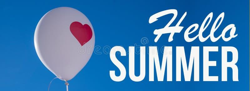 Bonjour été, ballon blanc avec le coeur rouge sur le ciel bleu photographie stock