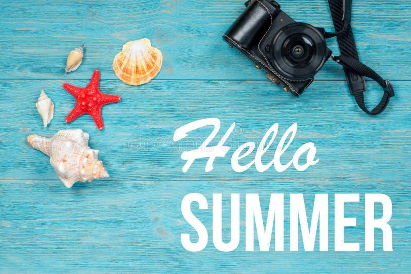 Bonjour été, créatures de mer et caméra de photo au-dessus des planches de turquoise images libres de droits