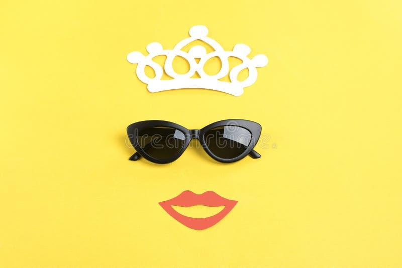 Bonjour été le soleil avec les lunettes de soleil noires élégantes, bouche de sourire sur le fond jaune photos libres de droits