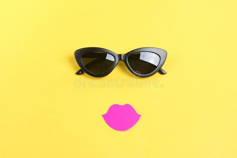 Bonjour été le soleil avec les lunettes de soleil noires élégantes, bouche de sourire sur le fond jaune image stock