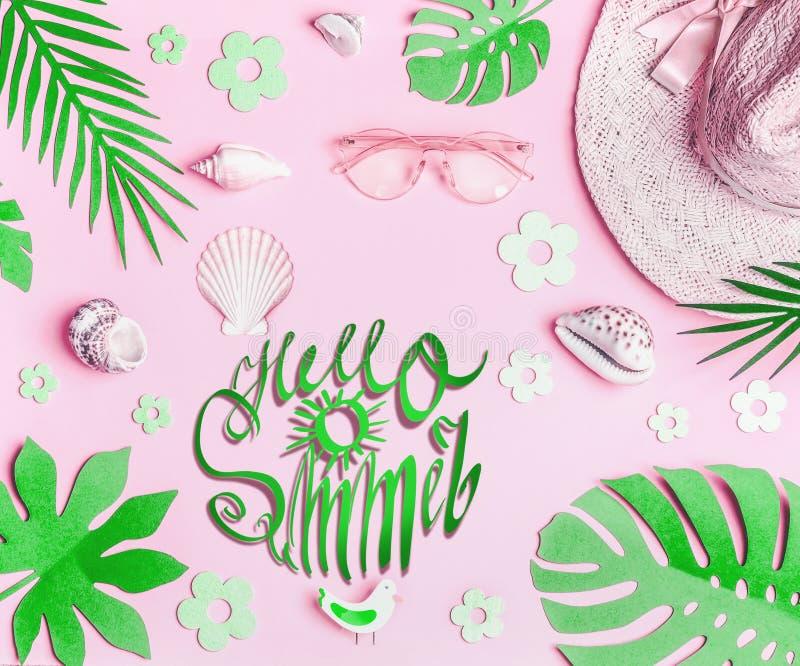 Bonjour été Les accessoires de la femme de rose en pastel : chapeau de paille avec des lunettes de soleil, des coquilles de mer e photos stock