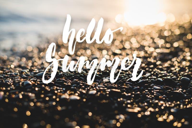 Bonjour, été - vacances positives tirées par la main marquant avec des lettres l'expression sur le fond de mer ou d'océan de plag photo stock