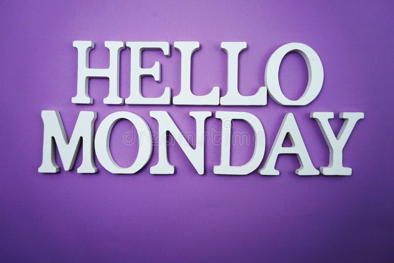 Bonjour alphabet en bois de lettre de lundi sur le fond pourpre photo libre de droits