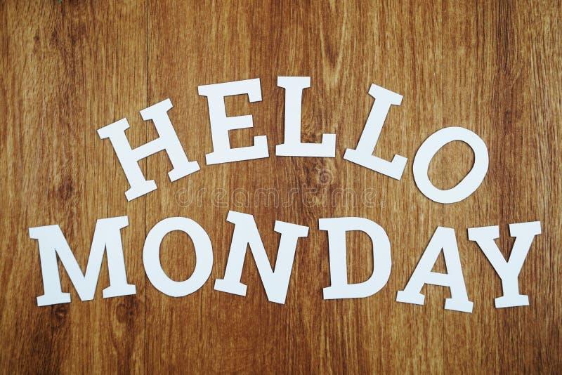 Bonjour alphabet en bois de lettre de lundi sur le fond en bois images stock