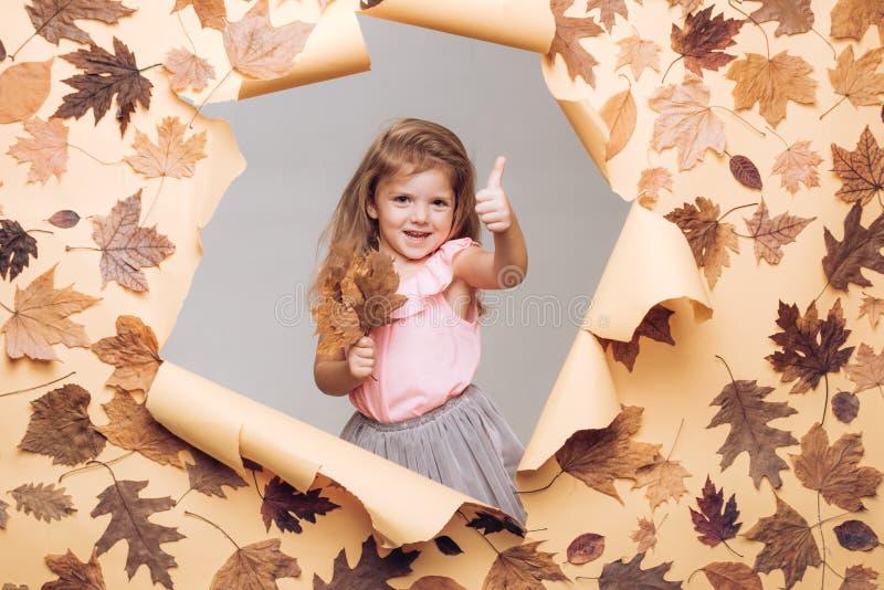 Bonjour automne et Autumn Dreams Feuillage automnal slogan ou produit Concept de novembre de pluie et de parapluie Enfants heureu photo stock