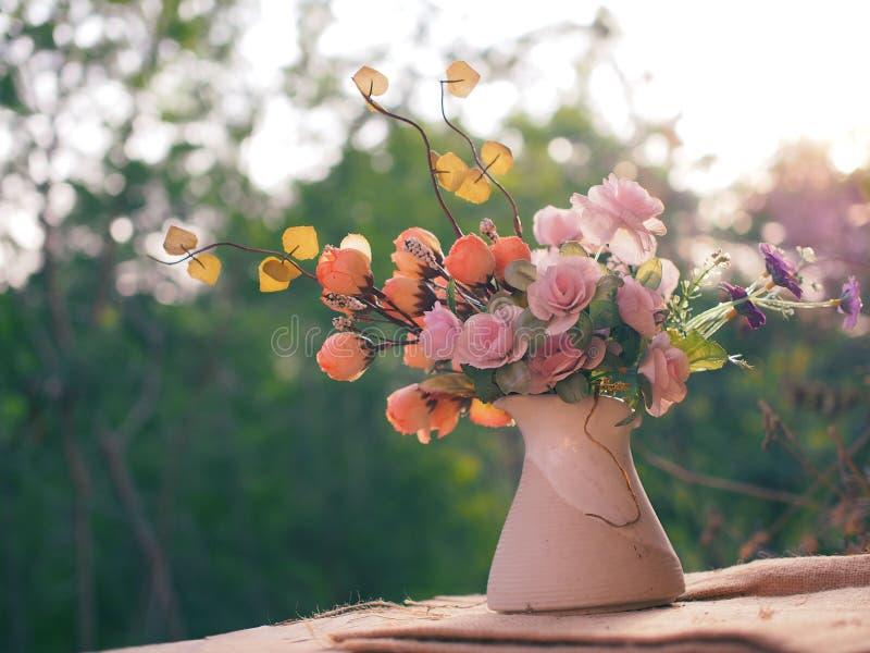 Download Bonjour Avec Le Bouquet Des Fleurs Image stock , Image 65724287