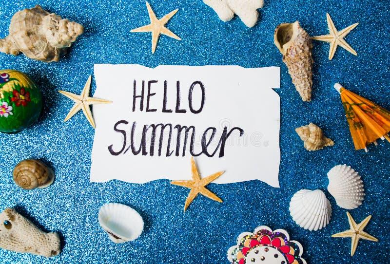 Bonjour carte d'été avec les objets relatifs de bord de la mer photo stock