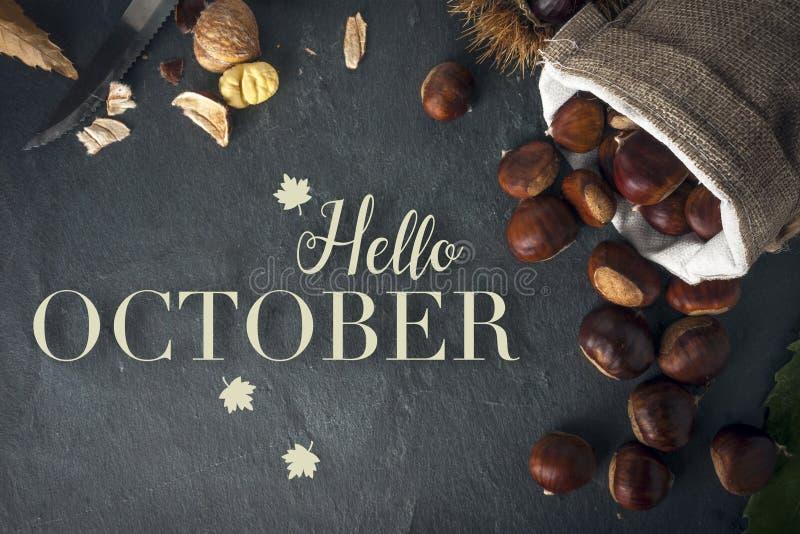Bonjour carte d'octobre Ch?taignes r?ties sur une table de roche images libres de droits