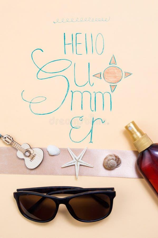 Bonjour carte de calligraphie d'été avec les accessoires saisonniers photo stock