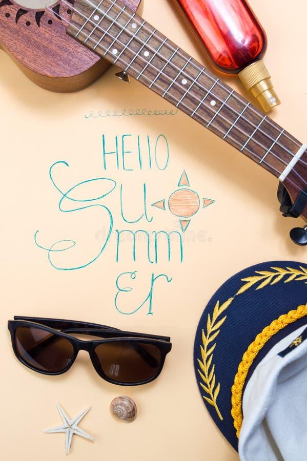 Bonjour carte de calligraphie d'été avec les accessoires saisonniers image libre de droits