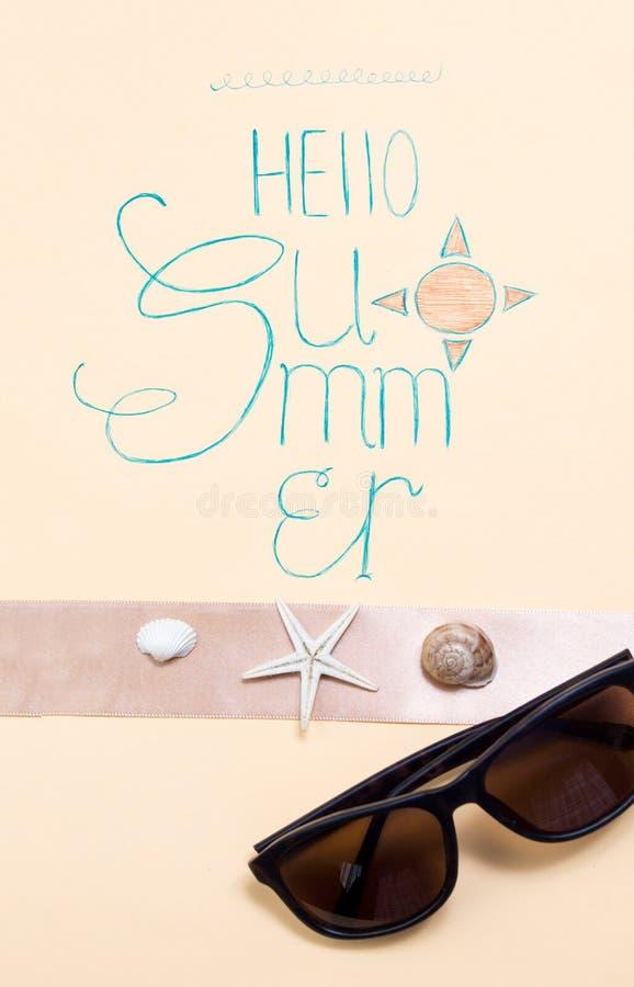 Bonjour carte de calligraphie d'été avec les accessoires saisonniers photos libres de droits