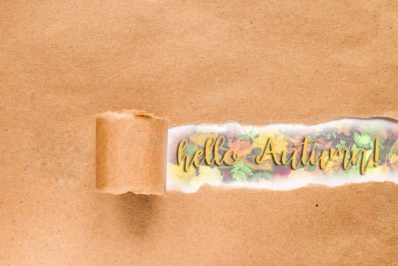 Bonjour carte de lettrage d'automne Inscription dans l'enveloppe d?chir?e photos stock