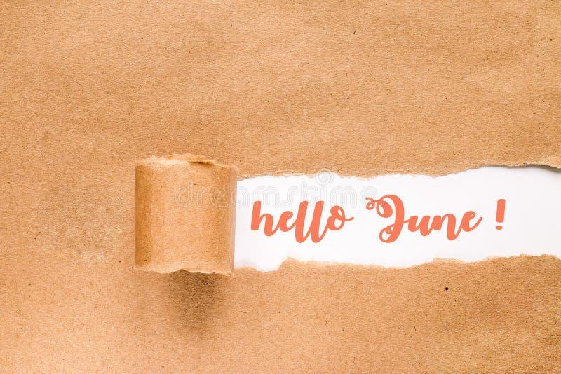 Bonjour carte de lettrage de juin Inscription dans l'enveloppe d?chir?e image stock