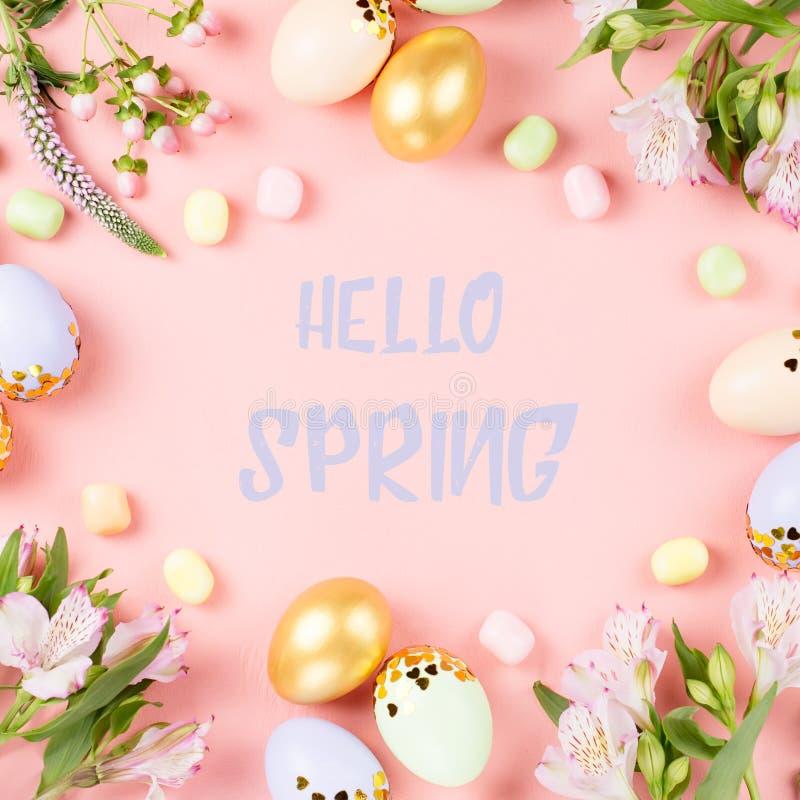 Bonjour carte de voeux de ressort avec des fleurs sur le fond rose en pastel images stock