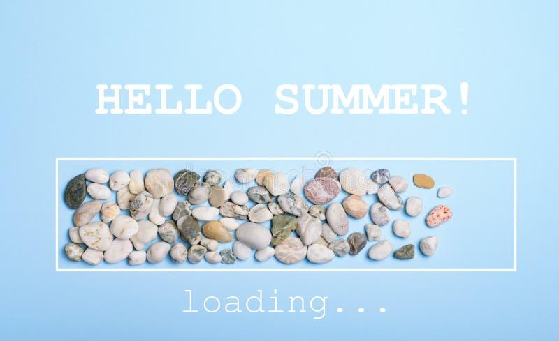Bonjour chargement d'été, barre de progrès, cailloux de mer au-dessus de fond bleu-clair photo stock