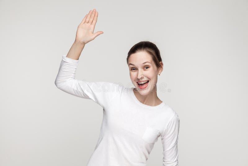 Bonjour ! Comment allez-vous ? Femme de bonheur montrant le signe de bonjour image libre de droits