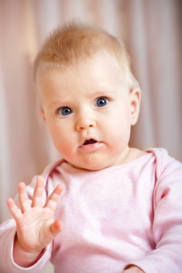 Bonjour de ondulation de bébé mignon/au-revoir image stock