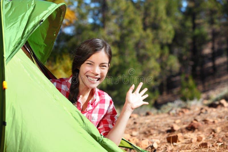 Bonjour de ondulation de femme de camping de tente photo stock