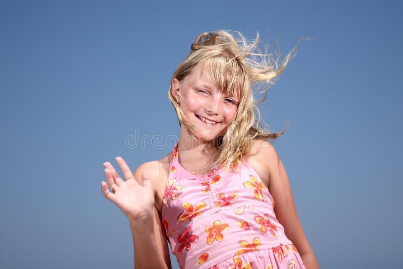 bonjour de ondulation de fille heureuse ! photos stock