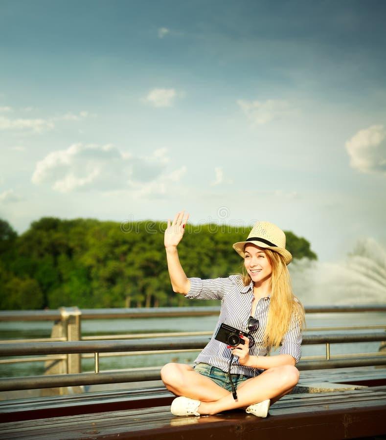 Bonjour de ondulation de jeune fille heureuse de hippie photo stock