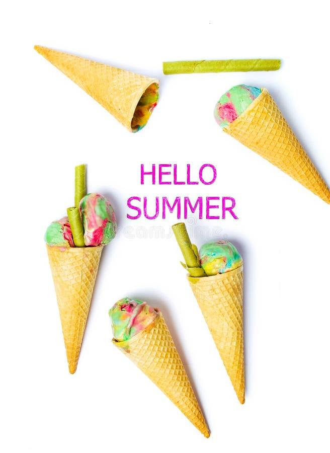 Bonjour fond d'été avec des cornets de crème glacée image libre de droits