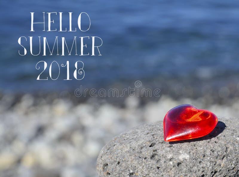 Bonjour fond d'été de l'été 2018 avec le coeur rouge décoratif sur une pierre de caillou par le concept de coastTravel ou de vaca photographie stock