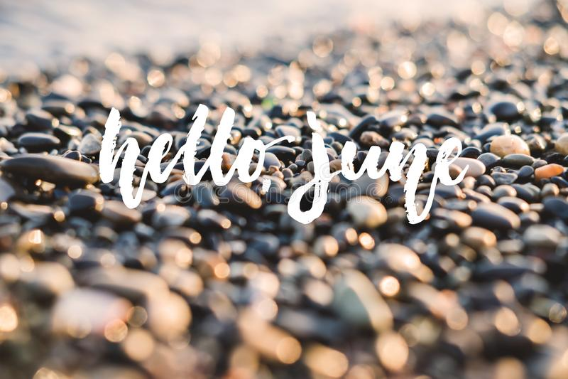 Bonjour, juin - vacances positives tirées par la main marquant avec des lettres l'expression sur le fond de mer ou d'océan de pla photos libres de droits