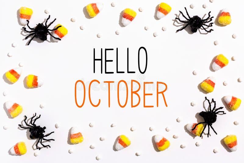 Bonjour le message d'octobre avec des araignées au-dessus regardent photographie stock
