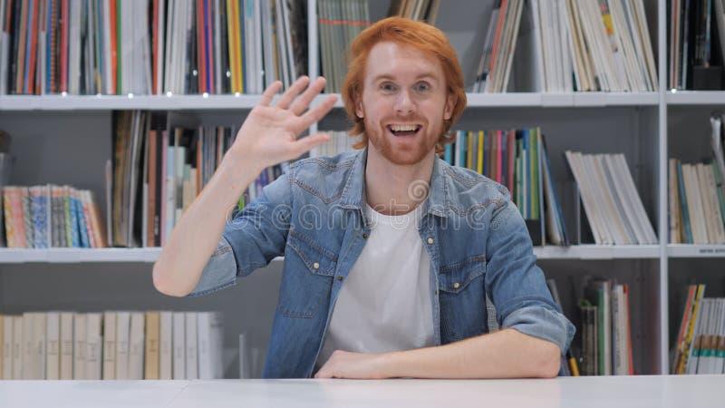 Bonjour, main de ondulation, homme avec les poils rouges photos libres de droits