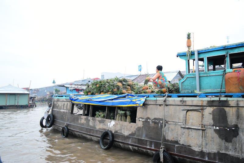 Bonjour marché de flottement mekong vietnam Can Tho Vendeur de rivière de fruits image libre de droits