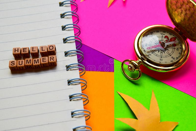 Bonjour message d'été écrit sur les blocs en bois Concepts de vacances et de voyage Image traitée par croix photo libre de droits