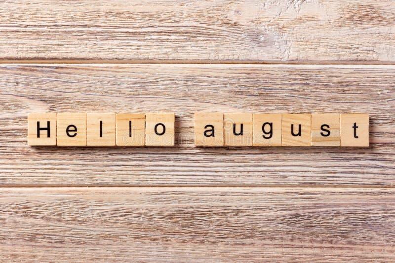 Bonjour mot auguste écrit sur le bloc en bois bonjour texte auguste sur la table, concept photos libres de droits